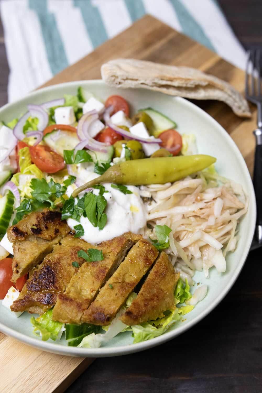 mediterraner Salatteller mit Krautsalat