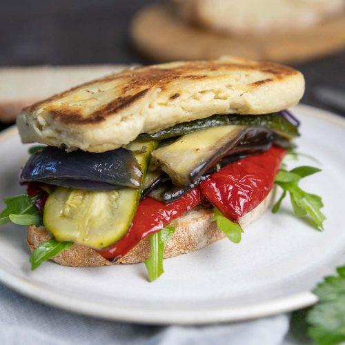 Antipasti-Sandwich mit veganem Halloumi