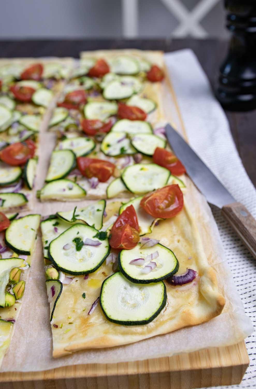 veganer Zucchini-Flammkuchen frisch aus dem Ofen