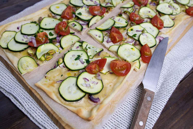 veganer Zucchini-Flammkuchen mit Kirschtomaten
