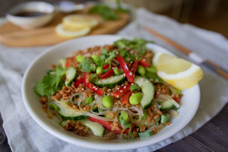Veganer Glasnudelsalat mit Sojahack