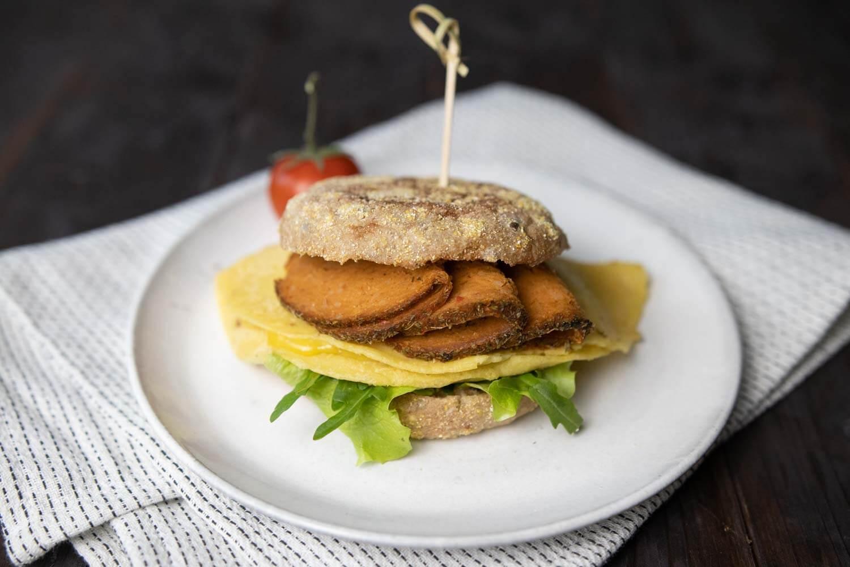 Veganes Frühstückssandwich mit Omelett