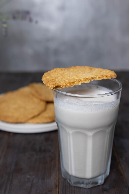 Pflanzliche Milchalternative mit Keks zum Dippen