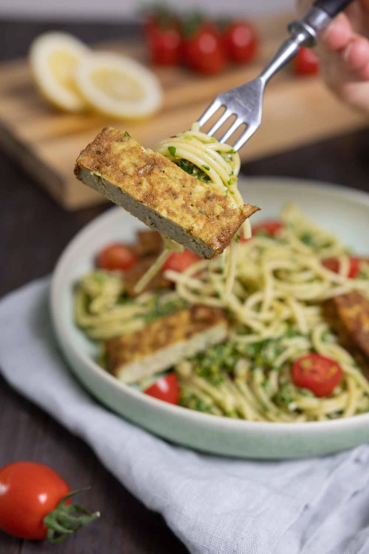 Portion Pasta mit Pesto und Bratfilet