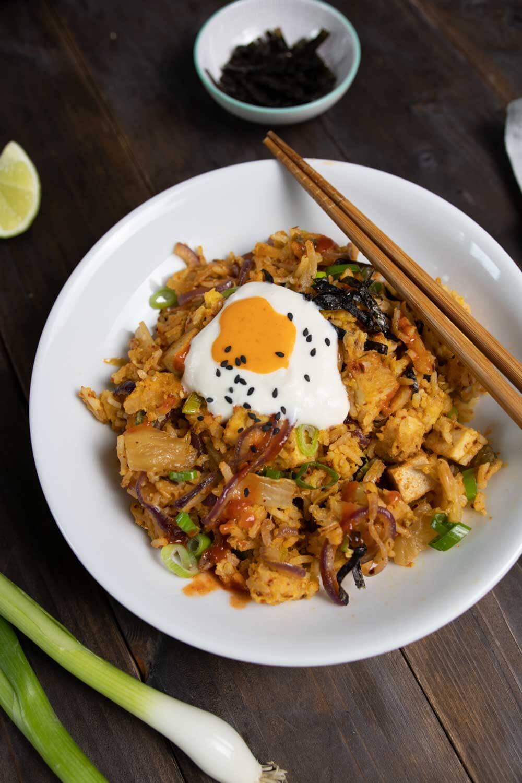 Veganer Kimchi Fried Rice mit Sojajoghurt und Sriracha Majo