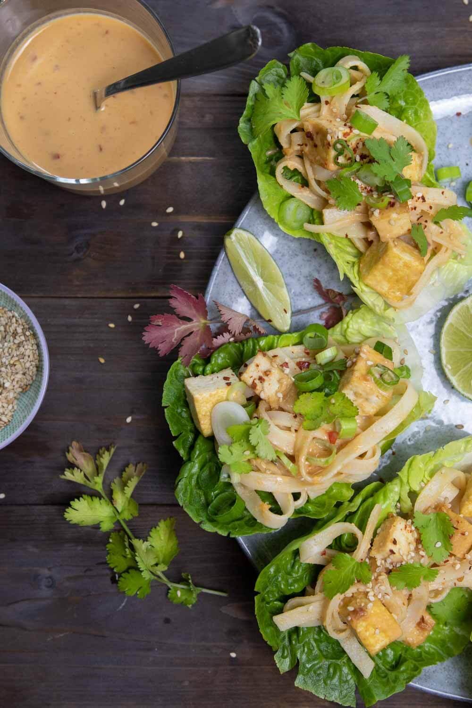 vegane Salat-Wraps mit Reisnudeln und Tofu