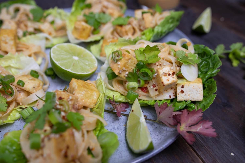 vegane Salat-Wraps mit Erdnusssoße