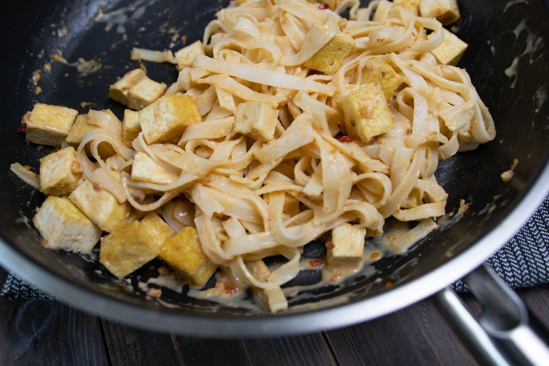 Reisnudeln und Tofu in Erdnusssoße