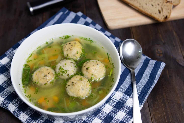 Suppe mit veganen Hefeklößchen