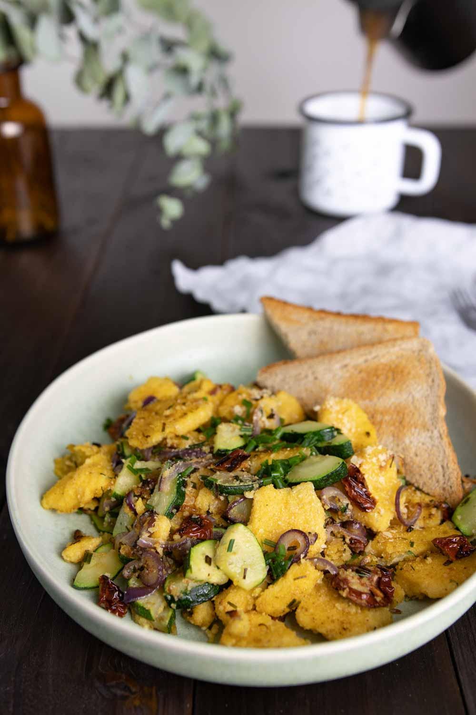 Veganes Scrambled Polenta zum Frühstück