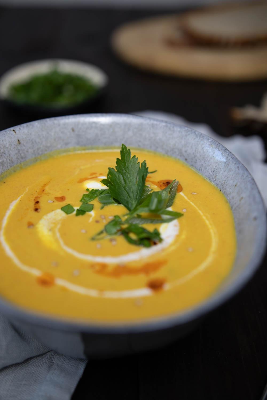Vegane Suppe mit Karotten und roten Linsen