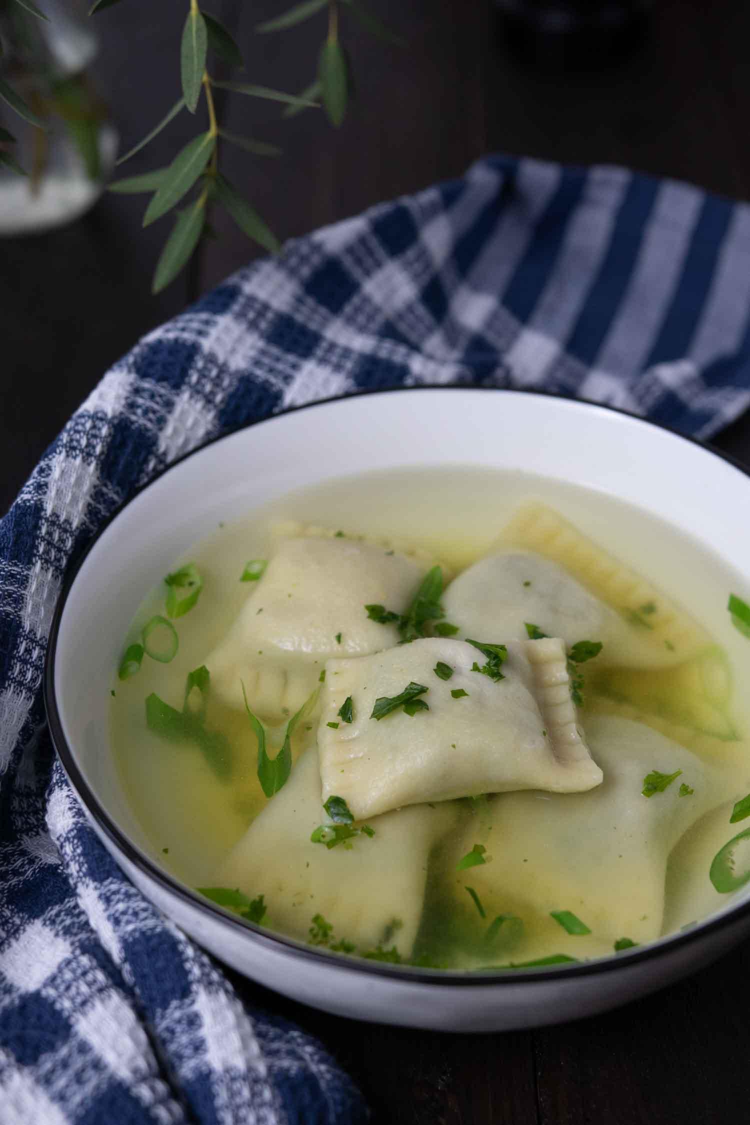 Suppe mit Teigtaschen als Suppen einlage