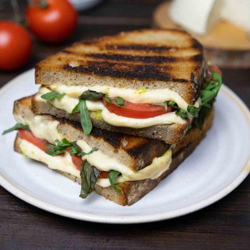 Caprese Sandwich mit geschmolzenem, veganen Käse