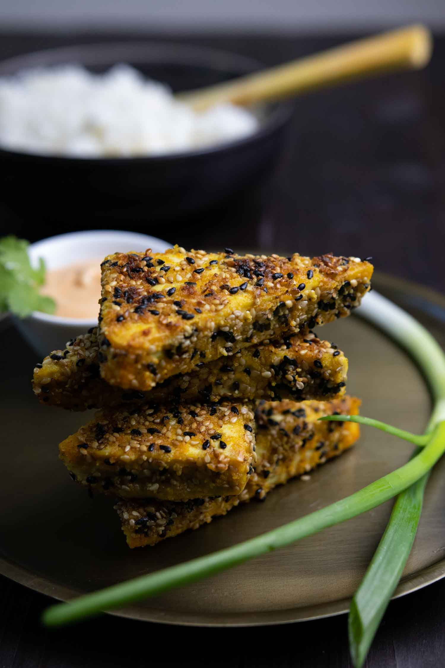 Mit Sesam panierter Tofu