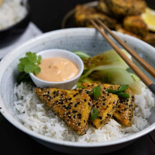 Bowl mit Tofu in Sesamkruste