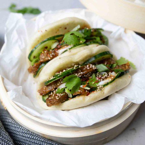 Vegane Bao Burger mit Seitan, Gurke und Koriander