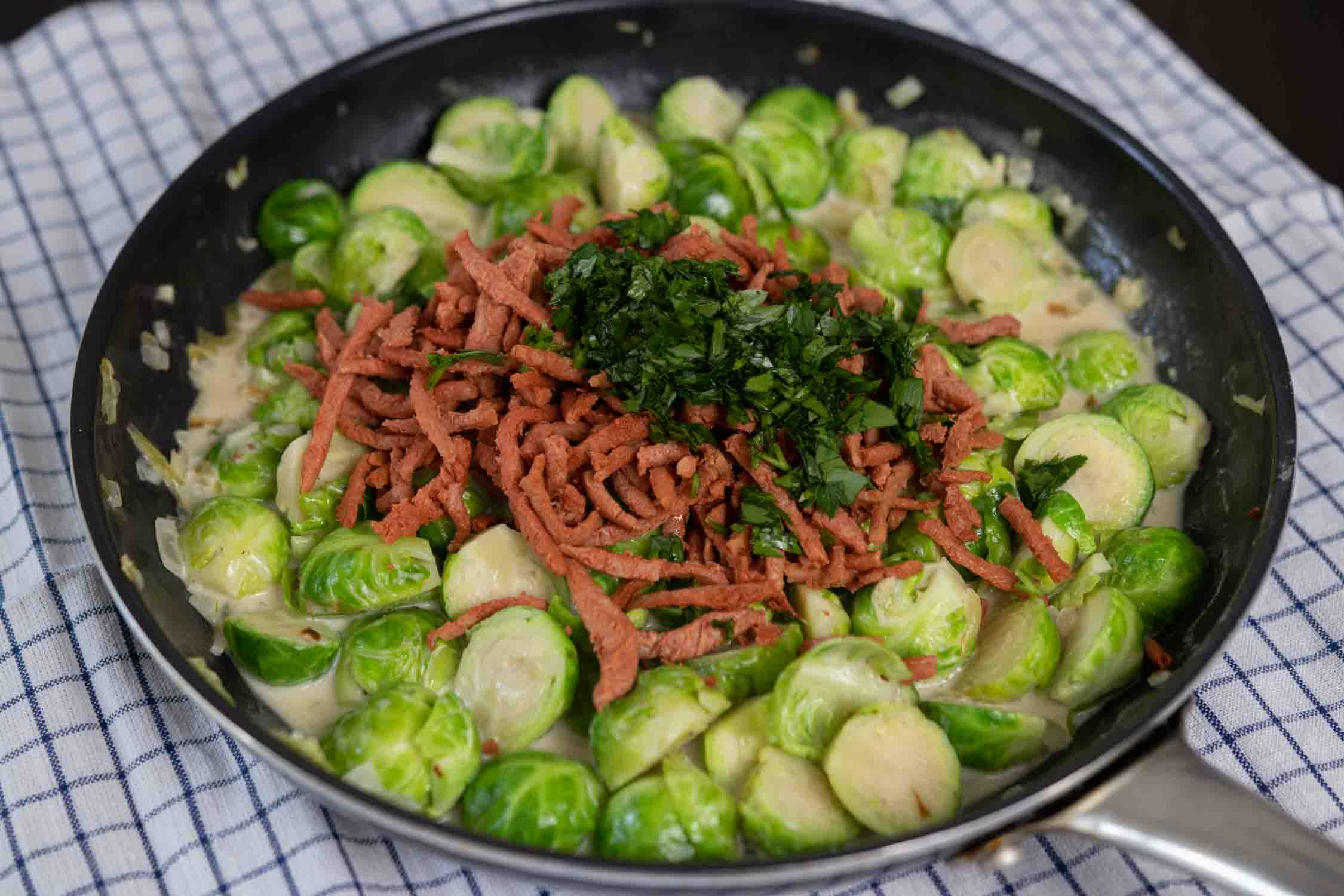 Rosenkohl, veganer Speck und Petersilie
